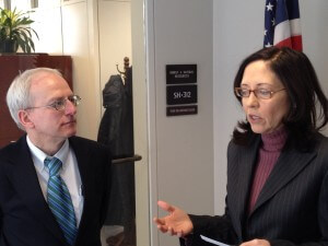 Dr. Max Moehs discusses climate change with Sen. Maria Cantwell (WA).